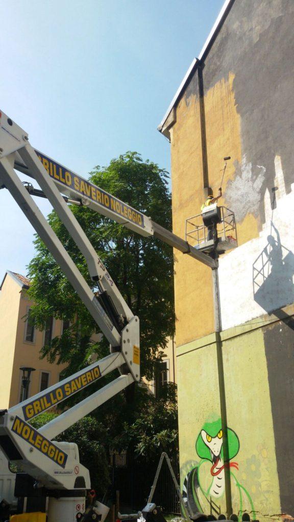 Piattaforma a noleggio per verniciatura facciata di un edificio (milano)