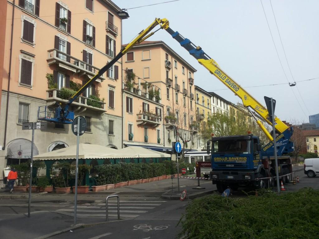 Piattaforma aerea 50 metri per manutenzione balcone (milano)