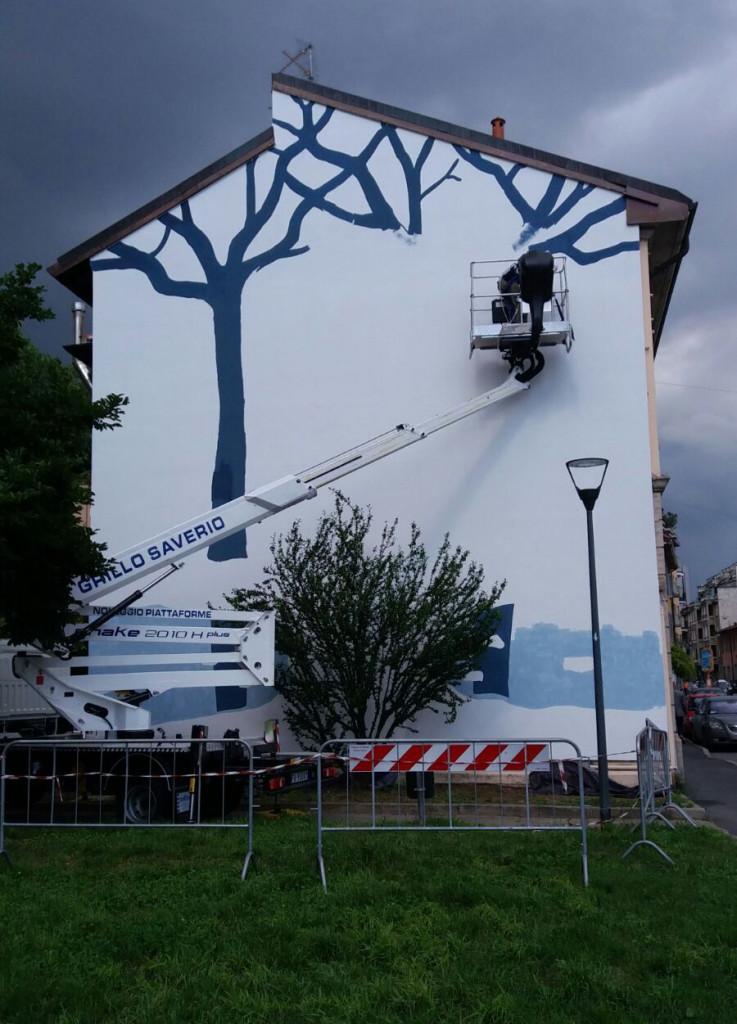 Piattaforma cestello con operatore per decorazione facciata edificio (milano)