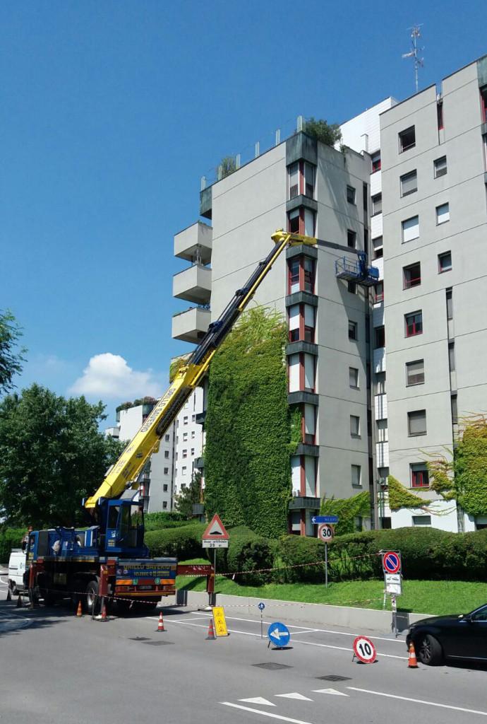 Installazione tubazione del gas condominiale in facciata.