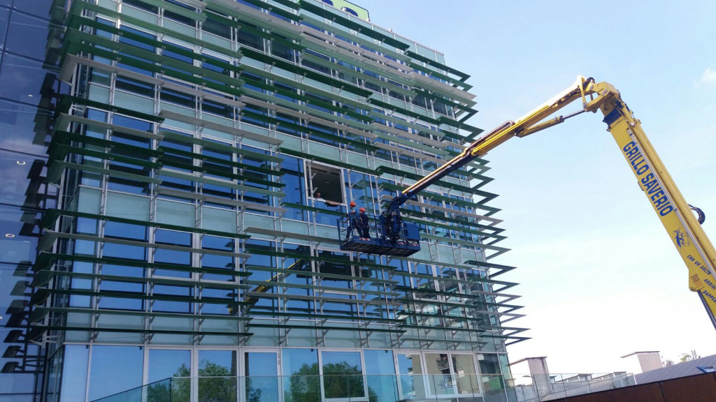 Piattaforma aerea da 35 metri per lavori in facciata (milano).