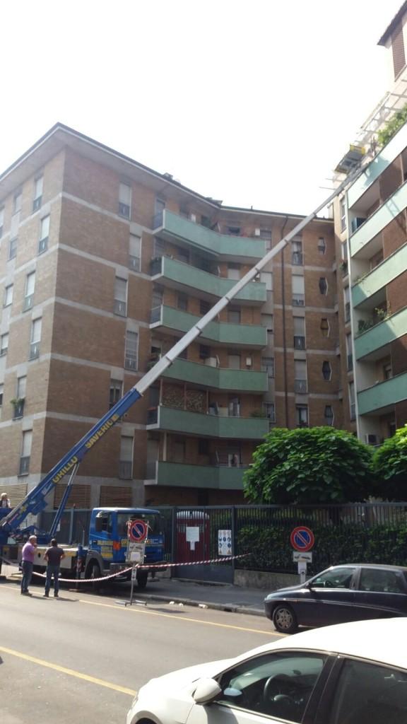 Scala aerea per sollevamento materiale su terrazzo milano.